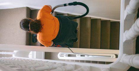 pulizia del lavoratore dell'hotel
