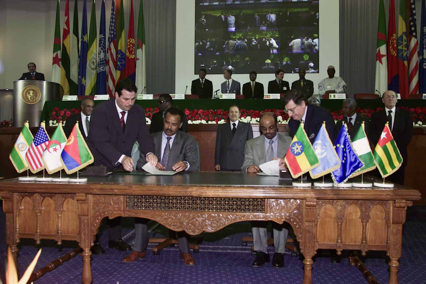 Eritrea and Ethiopia sign Algiers peace 12 Dec 2000